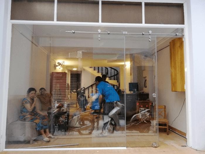Cửa kính cường lực lùa treo do Phúc Đạt lắp đặt.
